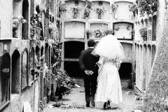 Colita. Novios en el cementerio. Barcelona, 1963