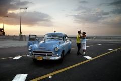 José María Mellado. Chevy azul y pareja bailando