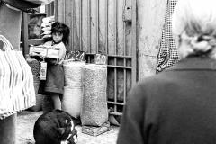 Colita. Niña en el mercado de la Barceloneta. Barcelona, 1966