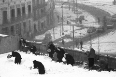 Colita. Monjas recogiendo nieve. Barcelona, 1962