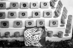 Colita. Escaparate de condones y foto de La Chunga. Barcelona 1962